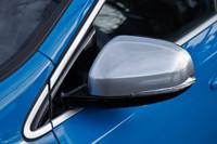 シルクメタル・ドアミラーカバーも「R-DESIGN」の専用装備。
