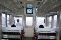1971年のデビュー直後と思われる京阪テレビカー3000系の車内。画面右横には、禁煙プレートとともに、お守りが貼られているのが見える。(写真=京阪電気鉄道)