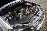 国内ではアウトバック専用となる、2.5リッター水平対向4気筒SOHCエンジン。 (M)