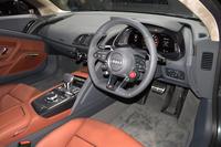 「R8 V10プラス クーペ 5.2 FSIクワトロ」のインテリア。メーターにはデジタル表示の「アウディバーチャルコックピット」が全車標準装備される。