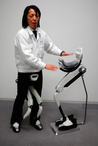 体重支持型歩行アシスト。脚力が低下した人のためだけでなく、脚に代わって機械が体重を支えてくれることから、中腰になって作業を行う際の疲労軽減にも役立つ。実際にホンダの生産ラインでも使用されているという。