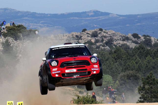 """WRC(世界ラリー選手権)第5戦のラリーイタリア・サルデーニャに、2012年に正式参戦を果たすMINIが、テストを目的に2台のワークスマシンを投入。1960年代のラリーモンテカルロで活躍した""""Mini""""の復活だ。"""