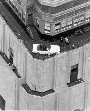 1964年当時、エンパイアステートビルの86階に展示された「フォード・マスタング」の様子。