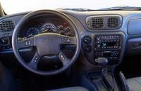 見慣れたアメリカンSUVの室内。ステアリングホイール中央の、エアバッグを収納するパッドが小さいのが、いかにも新世代モデル。