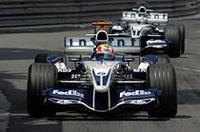 ライコネン/マクラーレンに次いだのは2台のウィリアムズだった。せっかくの予選3番手をスタートで台無しにしたウェバー(手前)は、2位まで追い上げるも2度目のピットストップでチームメイトのハイドフェルド(後ろ)に抜かれ、3位でゴールした。(写真=BMW)