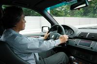 X5をテストする、自動車ジャーナリストの笹目二朗氏。