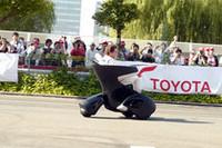 トヨタのパーソナルモビリティ「i-REAL」も登場。F1のデモを終えたふたりが、ファンへの挨拶がわりにコース沿いを流してみせた。