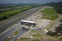 栃木開発センター塩谷プルービンググラウンドの全景。南側(写真左方)に鬼怒川が流れる。(写真=ショーワ)