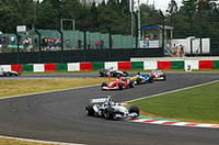 2番グリッドからスタートしたファン・パブロ・モントーヤ(写真先頭)は、オープニングラップでトップを奪いハイペースで飛ばしたが、油圧系に問題が発生しリタイアした。今シーズンは第7戦モナコGP、第12戦ドイツGPで2勝し、ドライバーズランキング3位。ミハエル・シューマッハーを追い立てシーズンを盛り上げた。2004年の活躍に注目したい(写真=BMW)