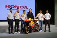 ホンダが今年最もタイトル獲得を望んでいる(?)MotoGPを走るライダーたち。写真右から、青山博一、アンドレア・ドヴィツィオーゾ、(伊東社長を挟んで)ダニ・ペドロサ、ケーシー・ストーナー、そしてMoto2に参戦する高橋裕紀。