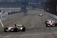 ホンダ勢では、7番グリッドからスタートしたジェンソン・バトンが、オープニングラップの多重クラッシュに巻き込まれ、4周目でリタイアに。しかし4番グリッドのルーベンス・バリケロ(写真左)が6位で完走しポイントを手に入れた。(写真=Honda)