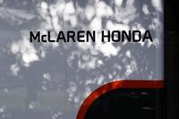 今季限りで決別することが発表されたマクラーレン・ホンダ。「勝つためにはワークスエンジンが必須だ」との考えからホンダのF1カムバックを後押ししたとされるマクラーレンだったが、1.6リッターターボ・ハイブリッド規定開始から1年遅れで参戦したホンダには少々荷が重かったのかもしれない。マシンとの一体化を図ったパワーユニット設計、ハイブリッドシステムの最適化、さらには日本の開発基地であるHRD Sakuraと欧州との距離感など多くの課題が指摘されていた。マクラーレンは来季ルノーからパワーユニット供給を受ける。(Photo=McLaren)