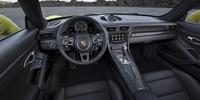 「911ターボS」のインテリア。ステアリングホイールの右側のスポークの下に、走行モード切り替え機構のスイッチが見える。