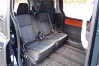7人乗り仕様車のセカンドシートを、ロングスライド(後退)させたところ。このポジションは、サードシートを側方に跳ね上げることで可能となる。なお、先代で採用されたセカンドシートの回転機能は備わらない。