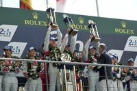 表彰式でのひとこま。No.2 アウディの優勝ドライバーたちが、トロフィーを掲げる。2010年から続くアウディのルマン連勝記録は、これで「5」に伸びた。     (photo=Motoko Shimamura)