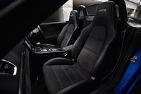 ヘッドレスト一体型の、スポーティーなシート。テスト車には、オプションのシートヒーターが備わっていた。