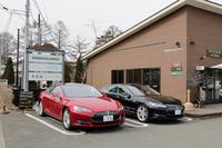 軽井沢の試乗会場に並ぶ「テスラ・モデルS」。見慣れない形のクルマということもあり、道行く人からの注目度は抜群だった。