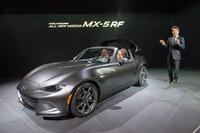 ニューヨークショーのプレスカンファレンスで、「MX-5 RF」を紹介するマツダモーターオブアメリカの毛籠勝弘(もろ まさひろ)社長。