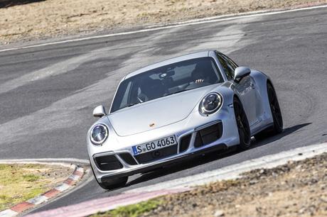 「ポルシェ911」の高性能モデル「911 GTS」がリニューアル。新世代の3リッターツインターボエンジンを搭載...