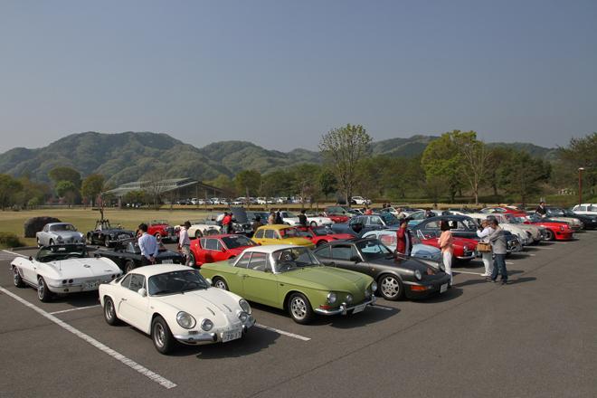 集合場所である「出会いの森総合公園」の駐車場には、およそ80台の参加車両が並んだ。