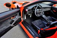 内装は黒を基調にまとめられ、ステアリングなど随所にアルカンターラが用いられる。ドアノブは「RS」モデルの伝統でストラップに。