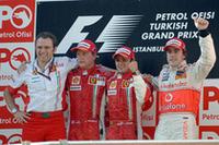 昨年初ポール・初優勝を飾った思い出の地、トルコで、またもポール・トゥ・ウィン。フェリッペ・マッサ(右から2番目)は、終始プレッシャーをかけ続けたキミ・ライコネン(その左)を抑え、今シーズン3勝目を記録した。(写真=Ferrari)