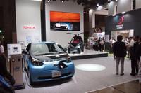 ブースには「iQ」ベースの新型EV「eQ」も展示されている。