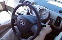 【写真上】「ホンダ・ライフ」(右)と「ホンダ・ライフディーバ」【写真下】メーターの右側にあるスイッチで、システム開始。あとは自動操舵と、音声案内に従って操作をするだけ。