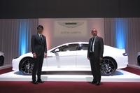 永三MOTORSの張 定民会長(左)と、アストンマーティン・ジャパン・リミテッドの寺嶋正一氏(右)。