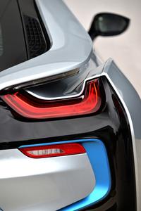 """Aピラーがルーフラインを形成し、テールエンドではスポイラーとして機能する。テールライトはヘッドライトと同様に、BMW iモデルの""""シグネチャー""""である「U」字を描く。"""
