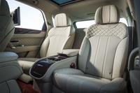 4人乗り仕様の後席は左右独立式となっている。それぞれ18方向のシート調整が可能で、マッサージおよびベンチレーション機能が備わっている。