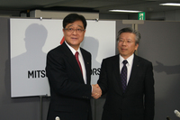 三菱自動車の会長兼CEOに内定した益子 修氏(左)と、社長兼COOに内定した相川哲郎氏(右)。