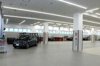 木場サービス・センターの2階は、板金作業のスペース。「BMW i3」(写真)のカーボンフレーム修復にも対応している。