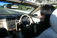 """DYNAUDIOのプレミアムサウンドシステムは、「3CDチェンジャー+425Wハイパワーアンプ」をもち、「10スピーカー+センタースピーカー+9インチサブウーハー」の13スピーカーで構成される。前3チャンネル、後ろ1チャンネルの「ドルビー・プロロジックシステム」搭載。座った席に左右されにくい、いわゆる""""スイートスポット""""の広さを特徴とする。"""