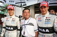 予選はPIAA NAKAJIMAの1-2。ポールポジションの小暮卓史(左)、中嶋悟監督 (中)、2位のロイック・デュバル(右)。予選1-2に中嶋監督の表情にも笑み が浮かぶ。