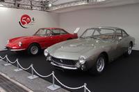 発表会の会場には、ネーミングの元とされる往年のフェラーリ、「330GTC」(写真左)と「250GTベルリネッタ ルッソ」(同右)が展示された。