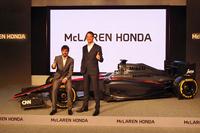 ポーズをとる、マクラーレン・ホンダのレーシングドライバー。ジェンソン・バトン(写真右)は「F1のチャレンジは年々大きくなっている。でも、大きいからいいんだ」と笑顔でコメント。