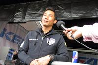 インタビューに応じる室屋義秀選手。レッドブル・エアレースに参戦する唯一のアジア人パイロットである。