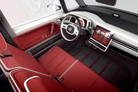 運転席まわりの様子。ダッシュボードのセンターにiPadを接続してナビやカーオーディオを操作するのが新しい。