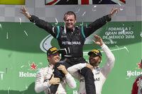 F1第19戦メキシコGPを制したルイス・ハミルトン(右)と、2位のニコ・ロズベルグ(左)。メルセデスのスタッフを担ぎ上げ喜びをあらわした。(Photo=Mercedes)