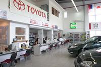 ショールームの様子。トヨタの正規ディーラーではあるが、アウディ車も販売する。写真左端にアウディの看板が見える。