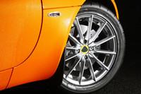 タイヤサイズは、フロント175/55ZR16、リア255/45ZR17。12スポークアルミホイールが装着される。