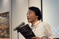 取材陣にあいさつする、三重県総合博物館の松井一明副館長。