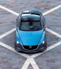 グリルはマツダ車でおなじみの形状。その両端からヘッドランプにかけて、「立体的なスピード感を表現」すべく、アルミのフローティングバーが置かれる。透明なグラスルーフも特徴。