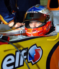 F1マシンのコクピットで出番を待つローブ。さすがのWRC王者も緊張気味(?)