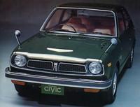 72年7月にデビューした「シビック」。パッケージングを追求したコンパクトな2ボックスボディに、実用性を重視したまろやかな水冷エンジンを搭載した、1300とは対極に位置する小型車。既存の国産車にはない新鮮さと知性を感じさせるモデルとしてヒットした。画像はトップグレードの3ドアGLで、価格は54万5000円。