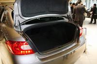 荷室には9インチのゴルフバッグ4セットとスポーツバッグ4セットを収納できる。