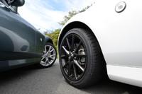 タイヤサイズはどちらも205/45R17。ソフトトップのアルミホイールはガンメタリック塗装となる。