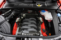 4.2リッターV8は高回転チューンながら、最大トルクの90%を2250〜7600rpmにわたって発生。パワー・トゥ・ウエイトレシオは3.93kg/ps、0-100km/h加速を4.8秒でこなす。