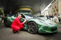 ラポの個人車として有名な、ラッピングを施した「フェラーリ458イタリア」も展示された。ミリタリーカムフラージュにピースマークは、彼なりのハイブリッド感覚であろう。
